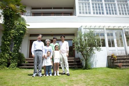 Parents et enfants de trois générations à sourire dans le jardin