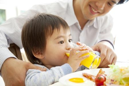 seres vivos: Boy beber jugo de naranja