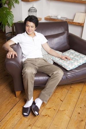 seres vivos: Los hombres se sientan en el sof�
