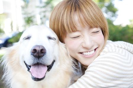 s úsměvem: Úsměv zabalený zlatý retrívr žena Reklamní fotografie