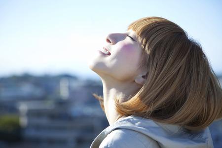 perfil de mujer rostro: Mujer sonriente