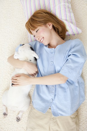seres vivos: Smile lying down near the French Bulldog female