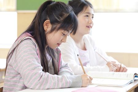 Basisschoolmeisjes in de klas Stockfoto