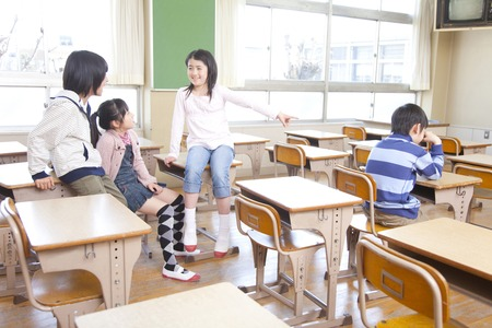 Elementary school students are ostracized men