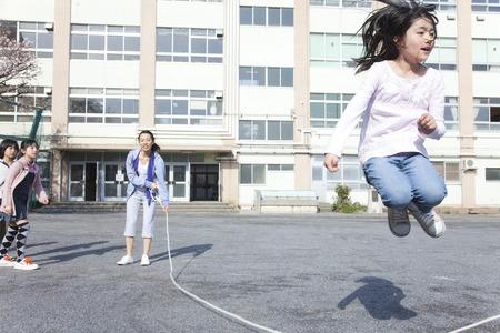 小学生と教師は大縄跳び