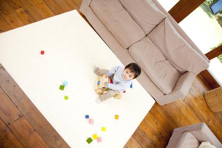 seres vivos: Niño jugando con bloques de construcción