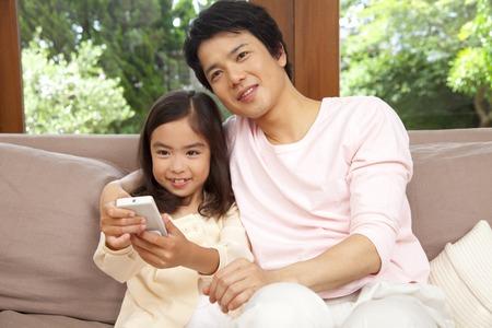 seres vivos: Hija y padre de presionar el interruptor de control remoto