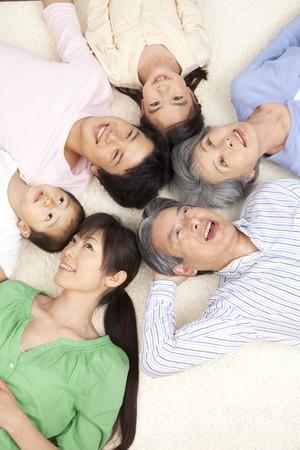 seres vivos: Padres y niños de tres generaciones que sonríen y que se acuesta