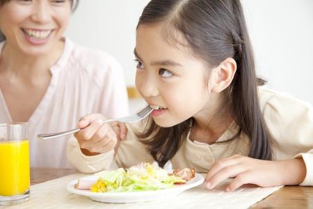 Madre e hija durante el desayuno Foto de archivo - 43702453