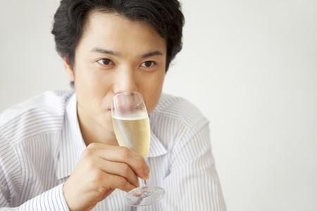 seres vivos: Los hombres beben champán