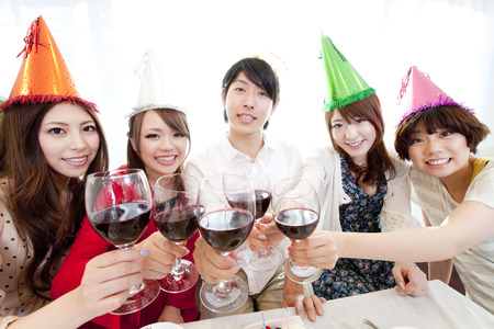 resound: Men and women to toast with wine