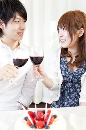 ワインと乾杯カップル