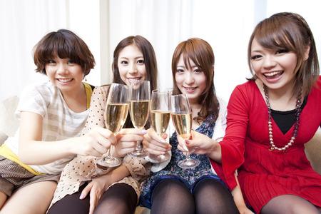 Vrouwen roosteren met champagne