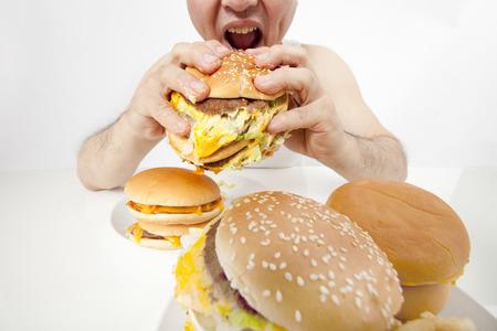 Van middelbare leeftijd te eten een hamburger man Stockfoto
