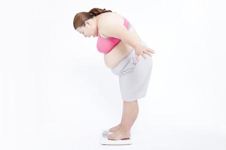 mujeres gordas: Mujer Metabo para medir el peso corporal Foto de archivo