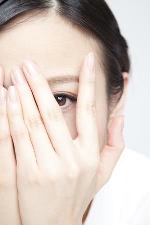 part of me: Las mujeres se asoman por entre los dedos