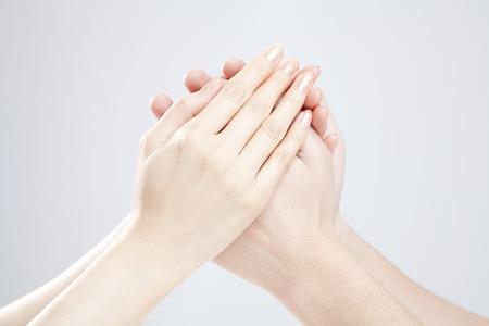 Mannen en vrouwen die de hand vast te houden