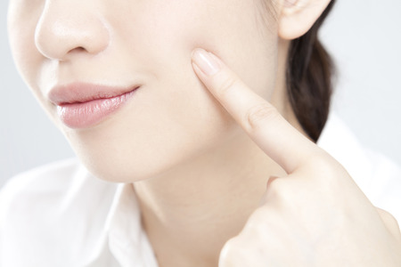 the cheeks: Ladies scuffs fingers on the cheeks
