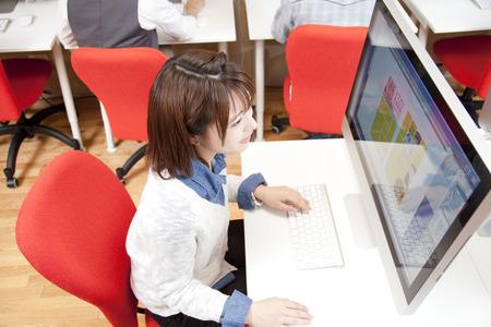 creador: Mujeres que trabajan en el PC