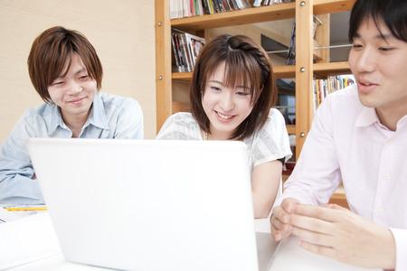 creador: Los hombres y las mujeres hacia el PC portátil