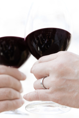 トーストに年配のカップルの手