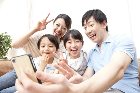 Parent and child to take a picture with a smart phone Imagens