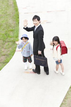 familias felices: Padre e hijo a agitar la mano Foto de archivo