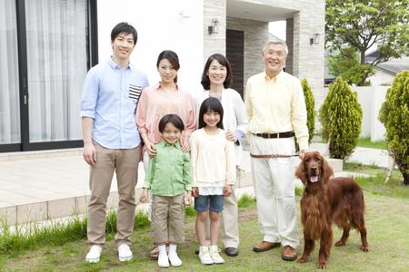 Der große Familien lächeln Standard-Bild - 51157185