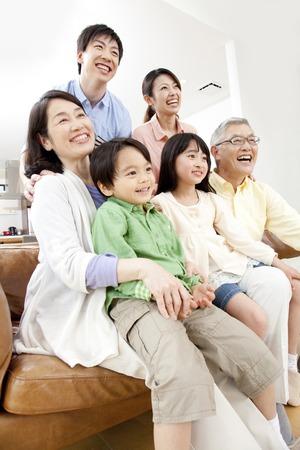 ver tv: De familias numerosas ver la televisión Foto de archivo