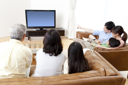 Z velké rodiny dívat se na televizi Reklamní fotografie