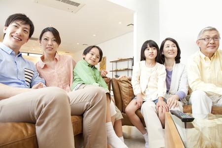 ver television: De familias numerosas ver la televisi�n Foto de archivo