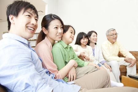 ver television: familias ven la televisi�n