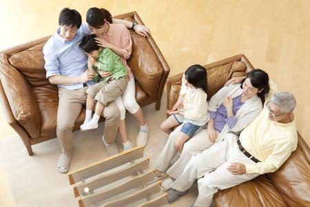 les familles regardent la télévision