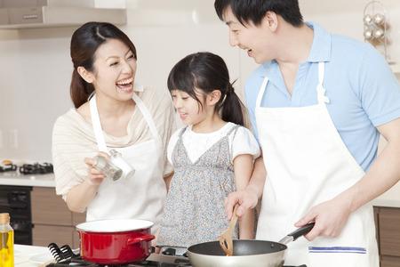 niÑos contentos: Padre e hijo de cocina Foto de archivo