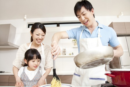 young asian couple: Parent and child cooking