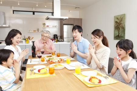 테이블 한 3 세대 가족 주변