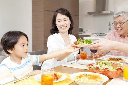 3 世代家族が食べることの