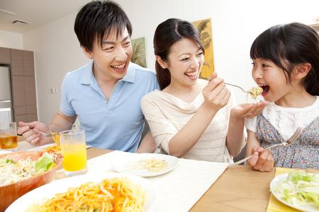 親と子の食事 写真素材