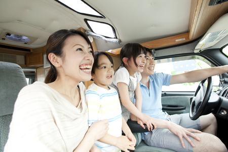 親は彼らの子供との運転 写真素材
