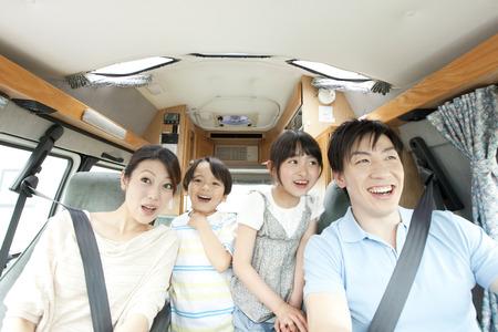 Mutter fahren mit ihren Kindern Standard-Bild - 51307185