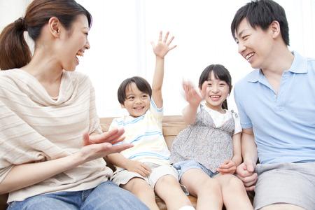seres vivos: Los padres relajarse en el sofá