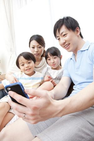 부모와 자식은 스마트 폰으로 사진을 촬영합니다 스톡 콘텐츠 - 51307183