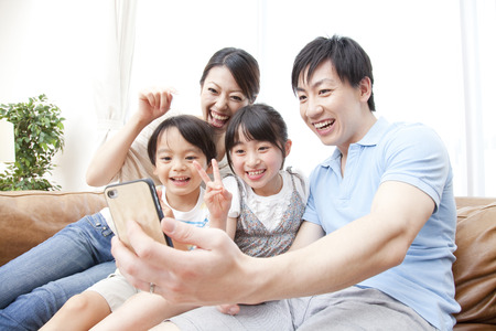 Parent and child to take a picture with a smart phone 스톡 콘텐츠
