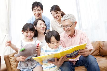 3 世代の家族でリビング ルームでリラックス
