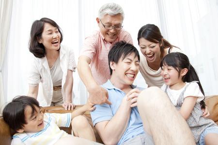 los seres vivos: Familias de grandes sonríen Foto de archivo