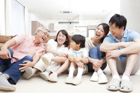 많은 가족 미소