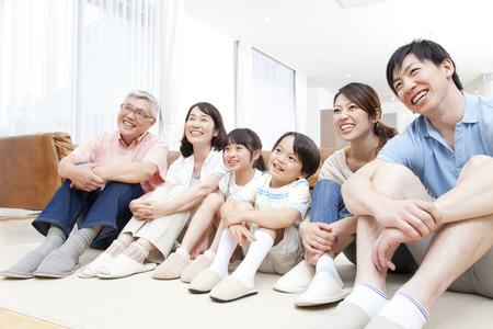 seres vivos: Familias de grandes sonríen Foto de archivo