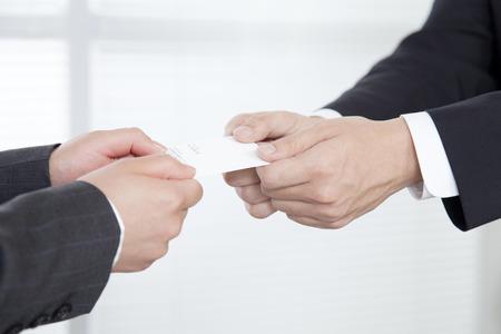 비즈니스 사람들이 명함 OL를 교환하기