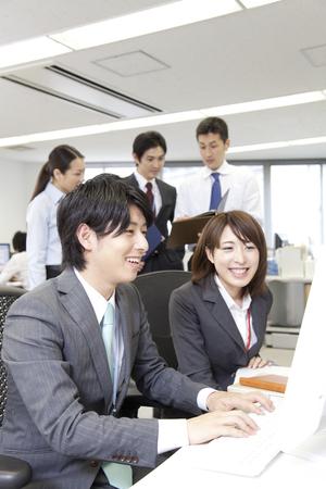 personas mirando: La gente de negocios que buscan en la PC