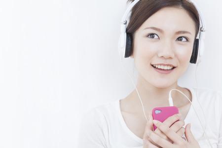 seres vivos: Woman listening to music